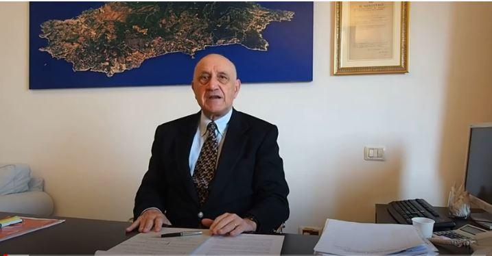 monte-argentario-sindaco-borghini-alla-scrivania-a