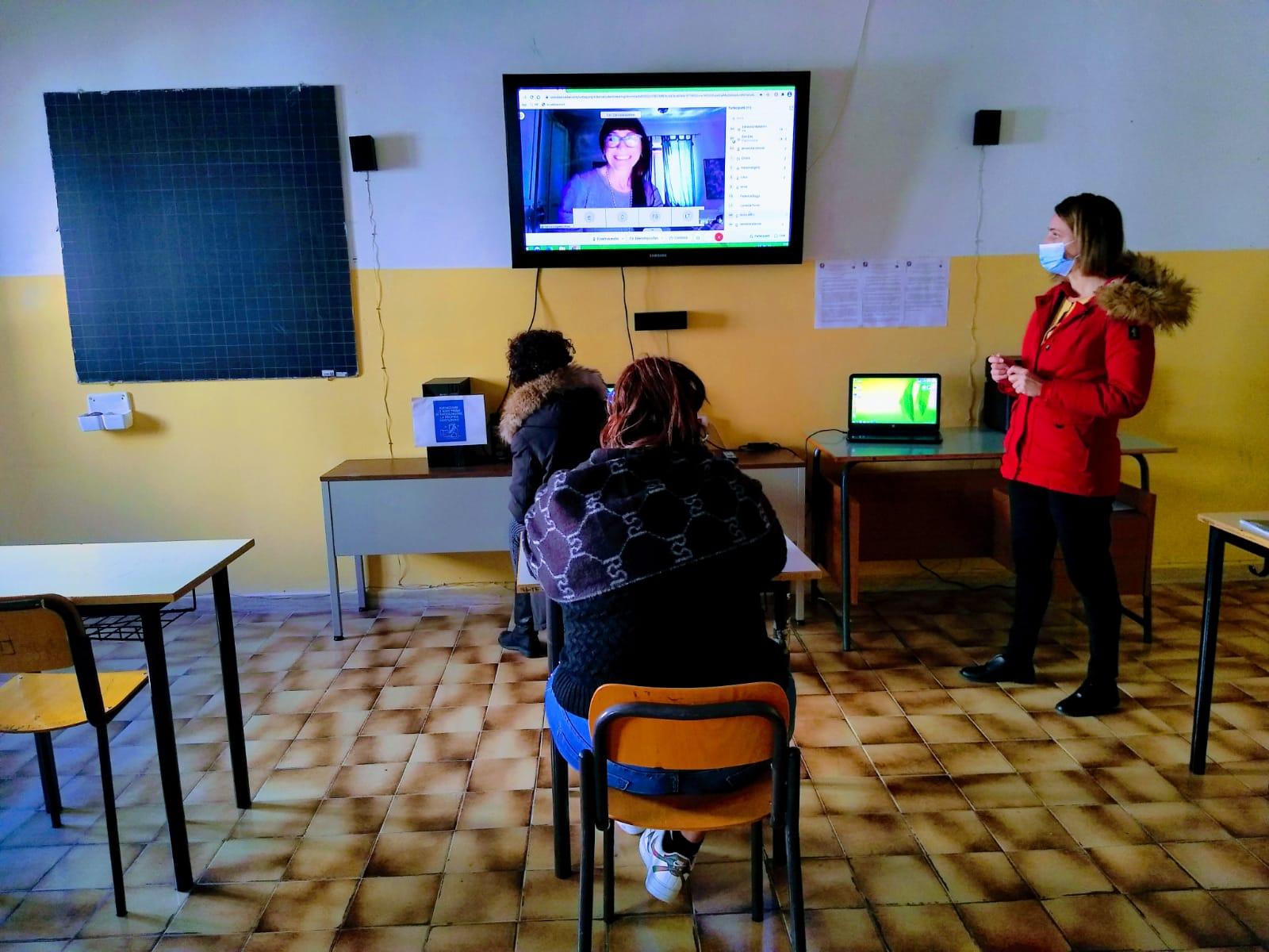 studenti-in-aula-con-monitor-insegnante