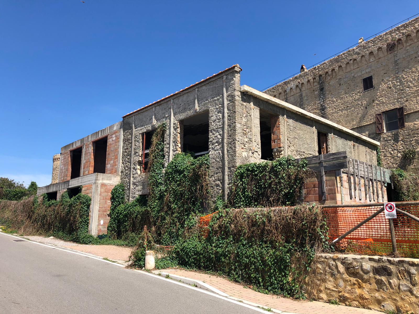 Magliano-in-Toscana-lecomostro-adiacente-alle-Mura