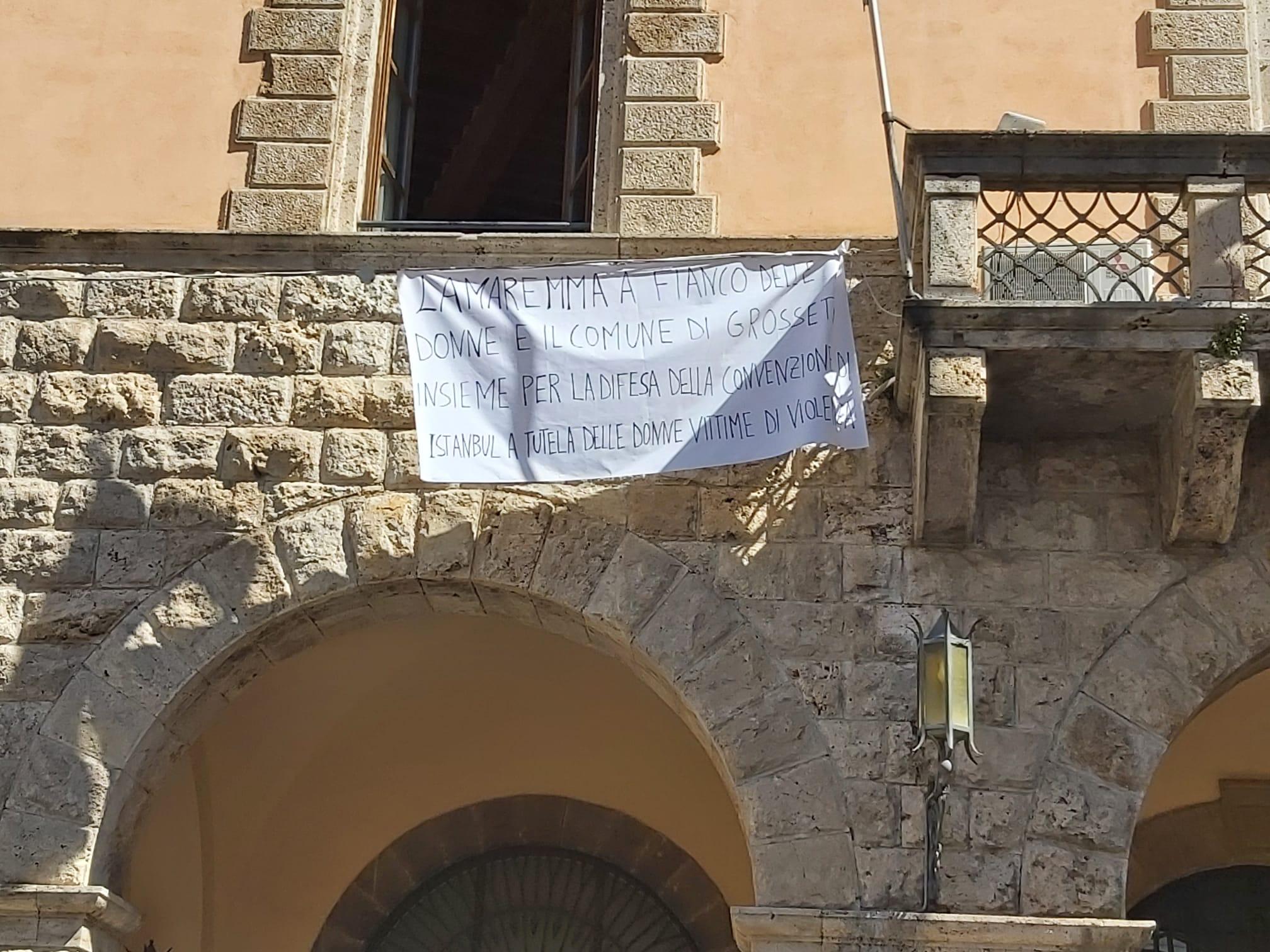 comune-di-grosseto-Il-drappo-contro-le-violenze-anche-in-Municipio