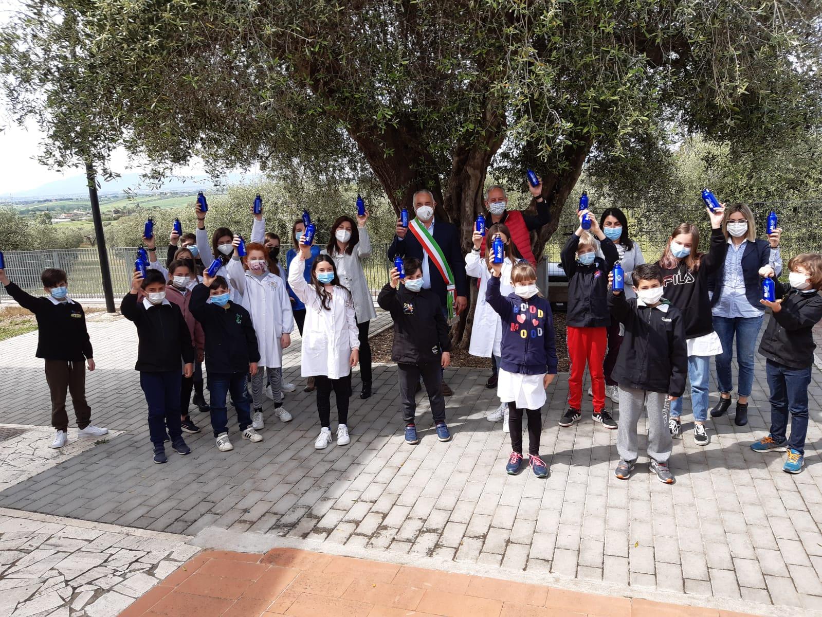 adf-fornisce-le-borracce-alle-scuole-elementari-del-comune-di-magliano-in-toscana
