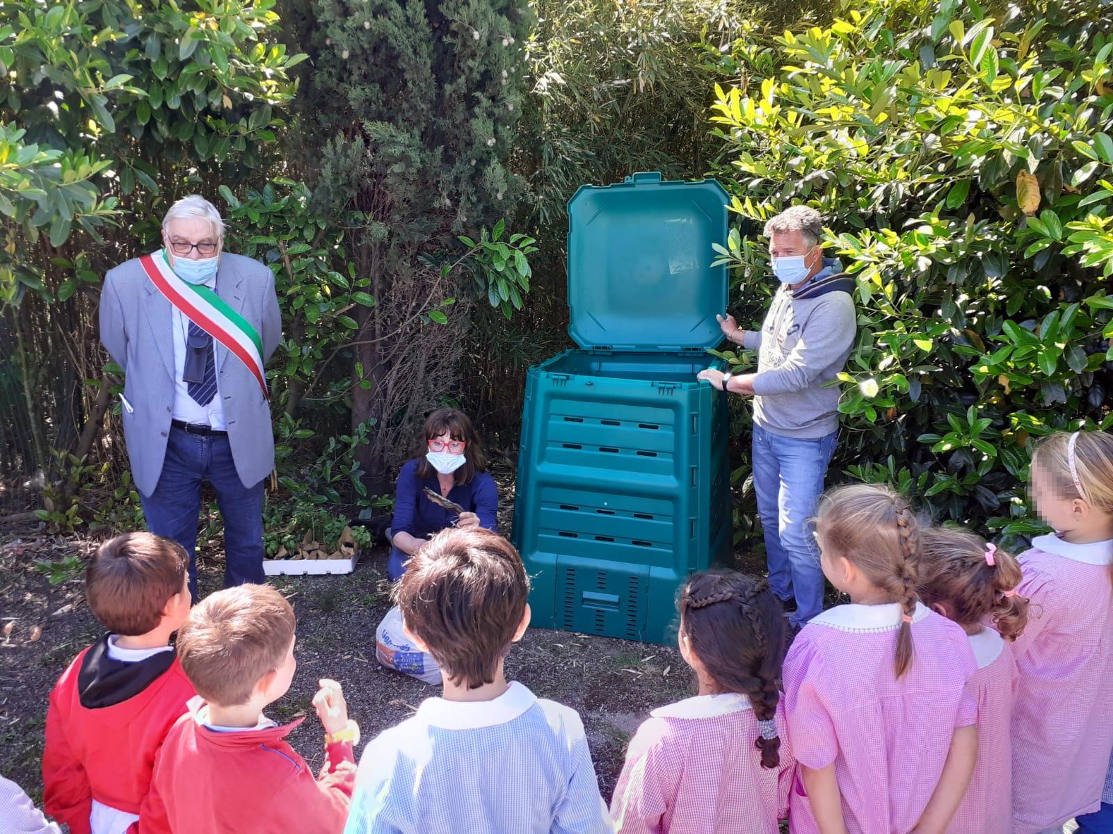 SeiToscana_consegna_compostiere_scuola_infanzia_Sorano