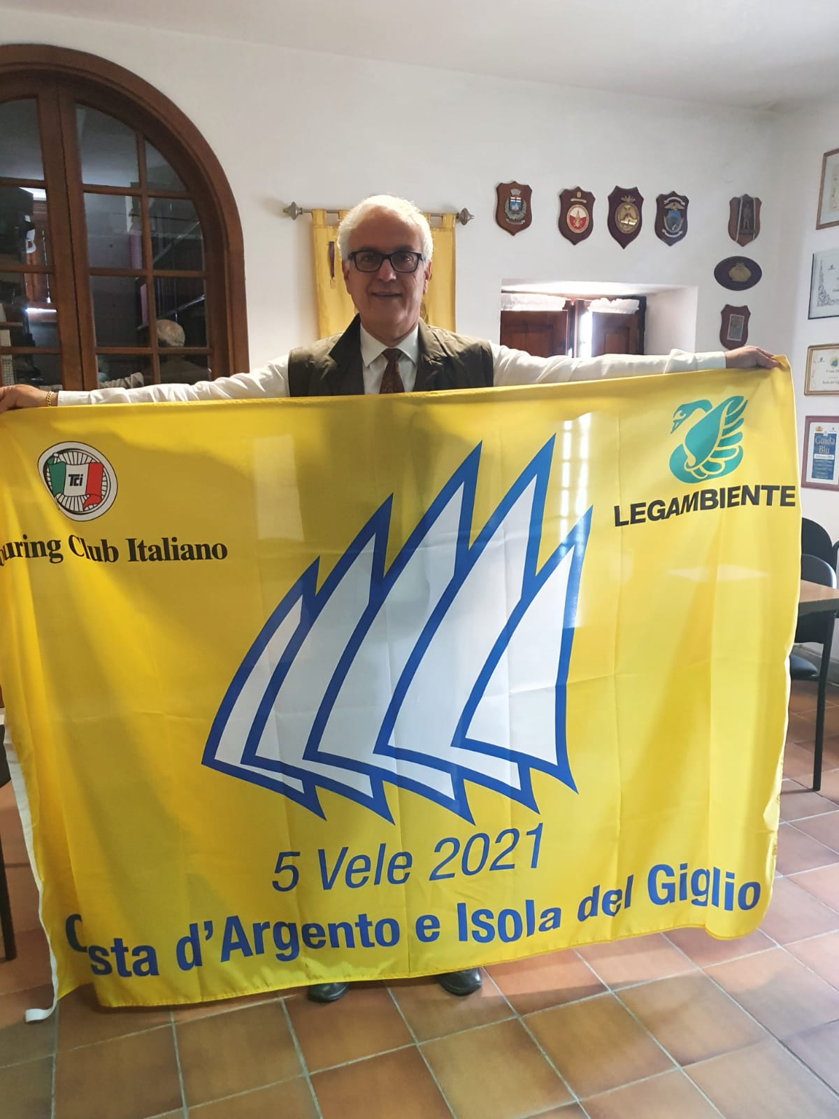 isola-del-giglio-sindaco-Ortelli-con-la-bandiera-delle-cinque-Vele