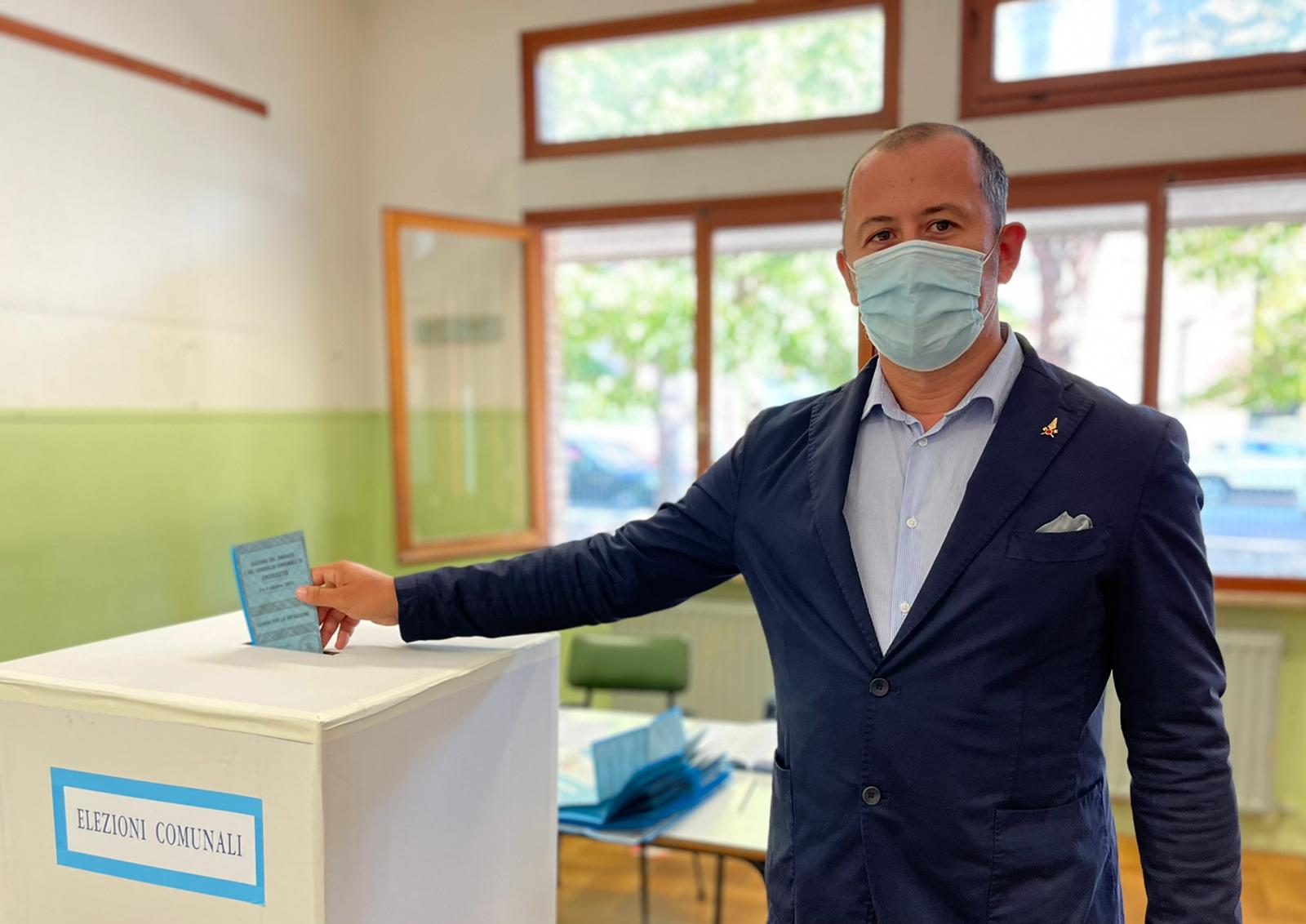 La-foto-del-voto-del-candidato-sindaco-Emanuele-Perugini